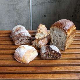 シニフィアン シニフィエの5種類のおすすめパンをギフト箱に入れてご用意しました。