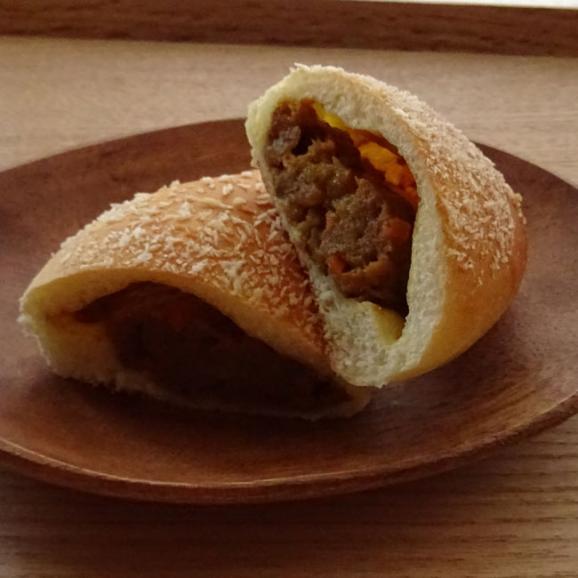 【焼きカレーパン】生地は薄め、程よい辛さのノンフライカレーパン。おいしさとヘルシーさがウリです02