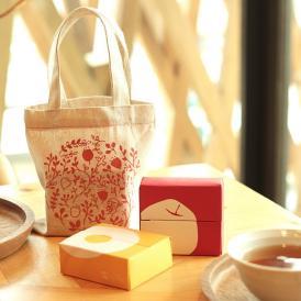 バレンタインデー期間の限定商品としてパイナップルケーキとりんごケーキをかわいいミニ布袋にいれました。