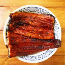 こだわりの炭焼きラインでふっくら柔かで香ばしく焼き上げました! 八本木樽三年熟成醤油の特製鰻のタレ付