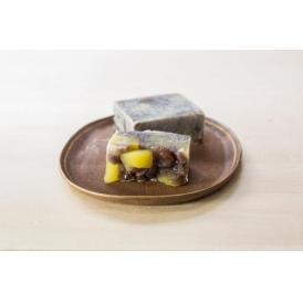 北海道産小豆をじっくりと炊き上げ甘露煮栗を入れ丁寧に焼き上げた栗きんつばです。