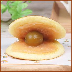 歯切れの良い皮、梅あん、そして梅の果実をサンドしたどら焼き