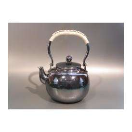 茶器・茶道具 銀瓶 鎚目(つちめ)湯沸 銀燻(ギン イブシ)仕上、秀峰堂作