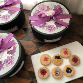 エディブルフラワーをあしらった可愛いクッキーは   贈り物としても最適です。
