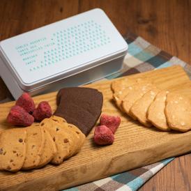 タルトタタン人気のクッキーをかわいい缶に入れました。