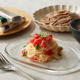 厳選した手延べ麺を、シックで洗練されたデザインのギフトボックスに詰め合わせた一品です。