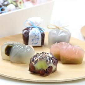 道明寺と桜葉風味の羊かんで2層になった「恋桜」など、5種類の和菓子を高級感ある木箱に詰めています。