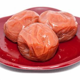 和歌山県産南高梅の大粒サイズを使用。ご飯に良く合う程よい酸っぱさで、しそ風味に漬け込んだ梅干です。