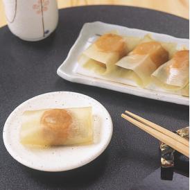 紀州南高梅を北海道産真昆布で一粒一粒手作業で包みました。 お茶請けにも最適、くせになる美味しさ。