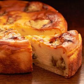 ゴルゴンゾーラの塩味とドライフルーツの香ばしさ。濃厚な味わいは大人味のチーズケーキです。