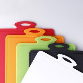 電子レンジや煮沸で簡単除菌!刃あたりが良く滑りにくいプラチナシリコン製のまな板です。