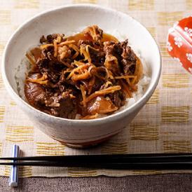 創業120余年となる京料理の老舗「矢尾卯(やおう)」が、ひと味違う牛丼をお届けします。