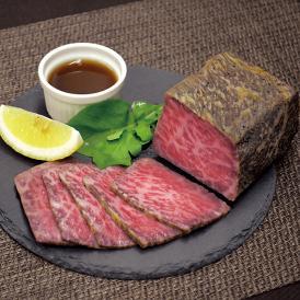 肉の繊維や霜降り具合がきめ細かい熊野牛モモ肉をじっくり香ばしく焼き上げました。
