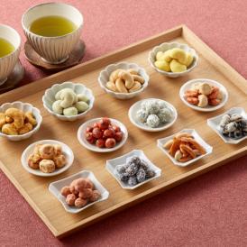 世代を問わず喜ばれるギフトに最適な「豆彩華」は、味も選ぶのが楽しい12種類の豆菓子の詰め合わせです。