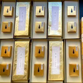 大阪ハニーの代表的商品であるハチミツとカステラをセットにした黄金色の贈り物をぜひご賞味ください。