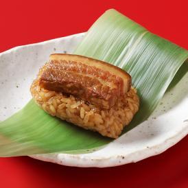 タレをしっかり吸わせたもち米の上に肉厚な豚角煮を乗せた笹ちまき。
